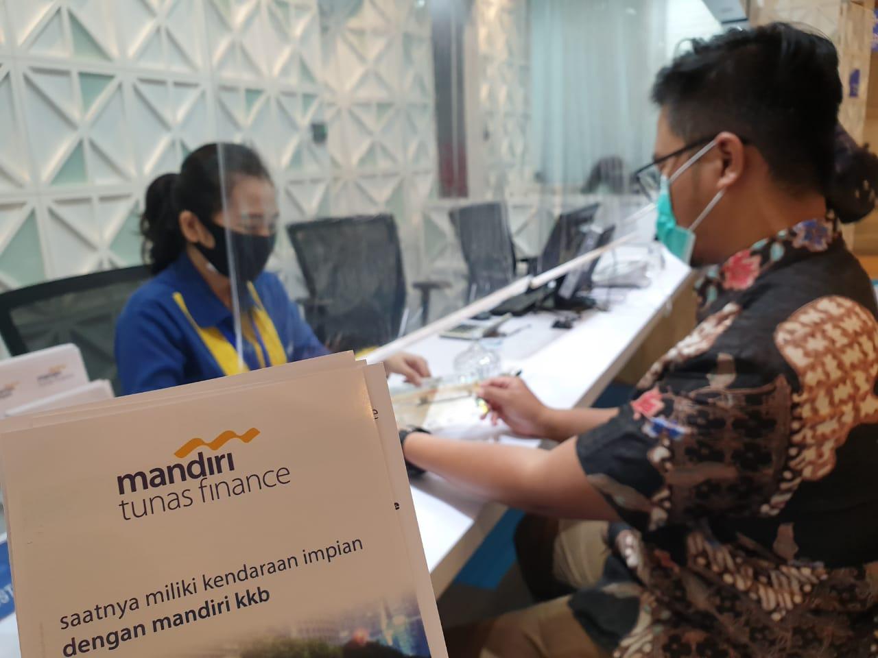 Pelanggan PT Mandiri Tunas Finance dilayani oleh petugas Customer Servide di MTF Executive Lounge, Jakarta
